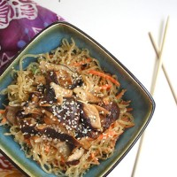 This simple kelp noodle salad recipe covered in creamy, homemade peanut sauce and topped with warm sesame shiitake mushrooms. | @glueandglitter